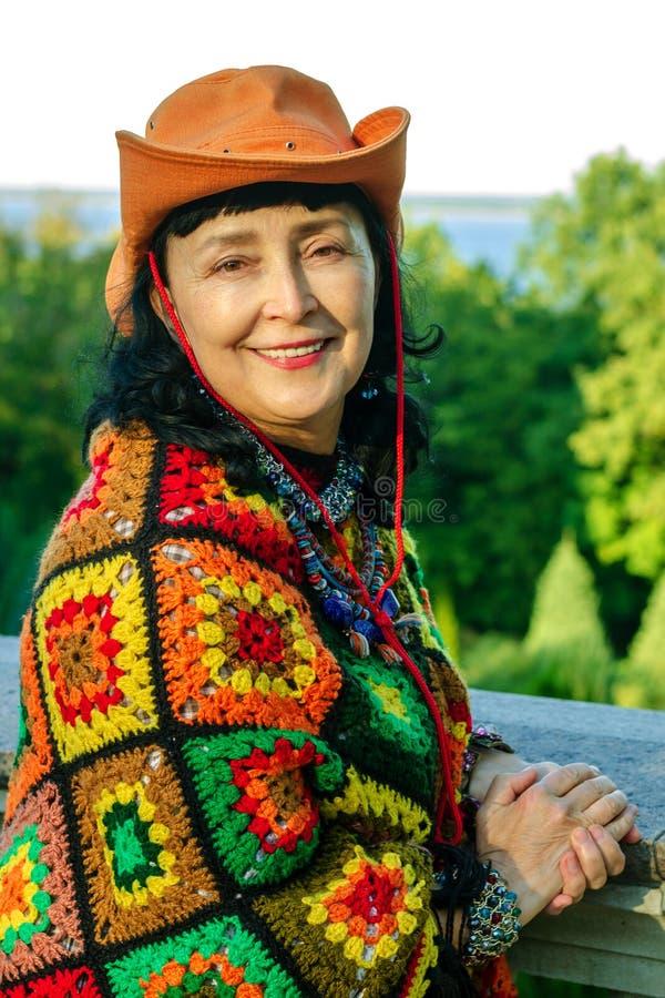 Elegante aantrekkelijke hogere vrouw in heldere multi gekleurde kleren royalty-vrije stock foto