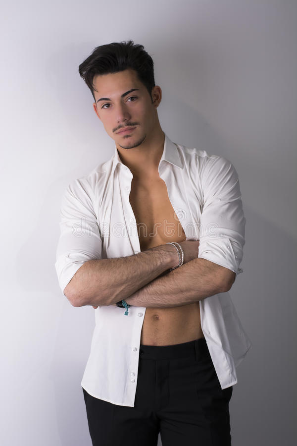 Elegante aantrekkelijke jonge mens met wit overhemd open op naakt torso royalty-vrije stock foto