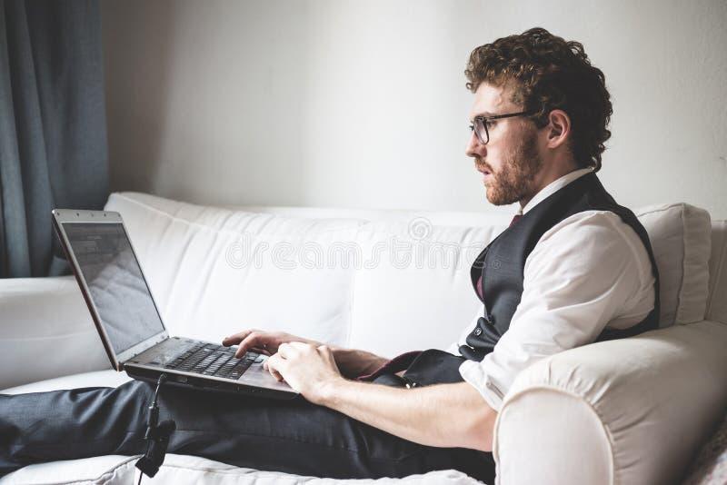 Elegante aantrekkelijke manier hipster mens die notitieboekje gebruiken royalty-vrije stock afbeeldingen