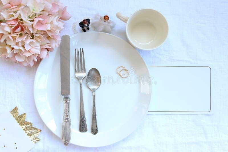 Elegante Abendesseneinstellung des Hochzeitsfests lizenzfreie stockbilder