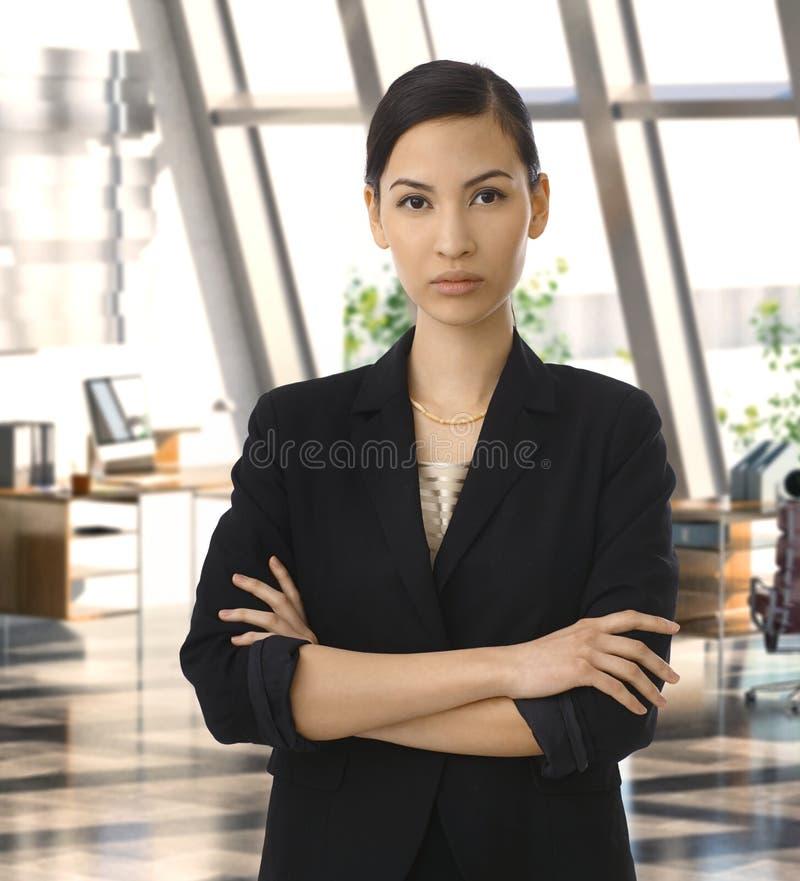 Elegante asiatische Geschäftsfrau im Planungs- und Führungsstab lizenzfreie stockbilder