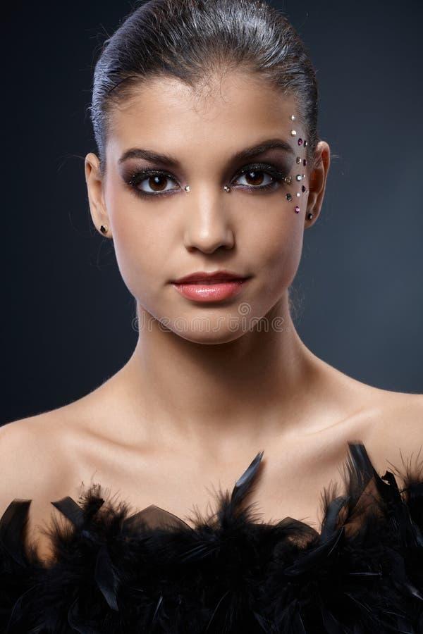 Elegante attraktive Frau mit schwarzer Boa stockfotos