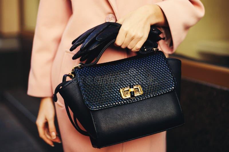 Elegante Ausstattung Nahaufnahme der schwarzen stilvollen Frau der Ledertaschehandtasche in der Hand Modernes Mädchen auf der Str lizenzfreies stockbild