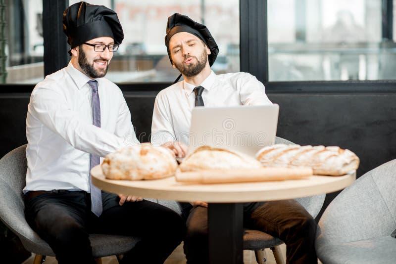 Elegante bakkers die in de koffie werken stock foto