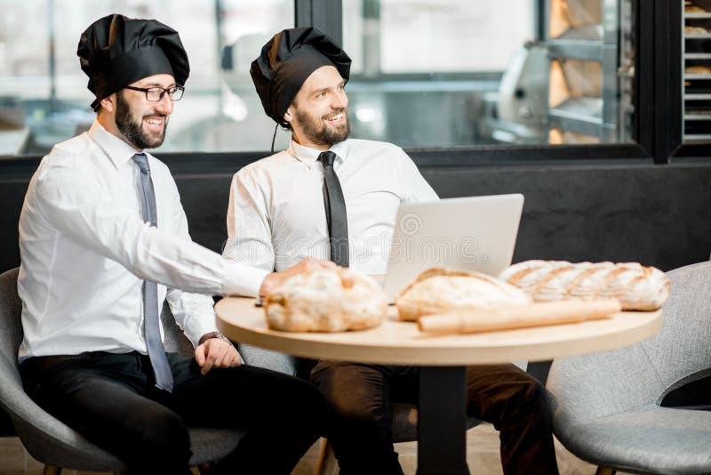 Elegante bakkers die in de koffie werken royalty-vrije stock afbeelding