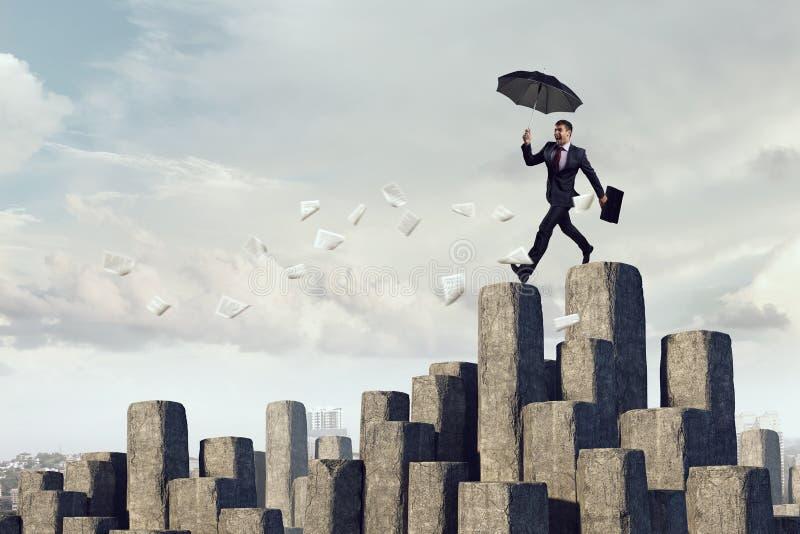 Elegante bankier met paraplu Gemengde media stock afbeelding
