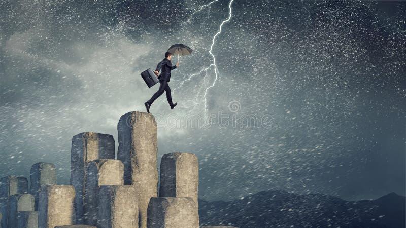 Elegante bankier met paraplu Gemengde media stock fotografie
