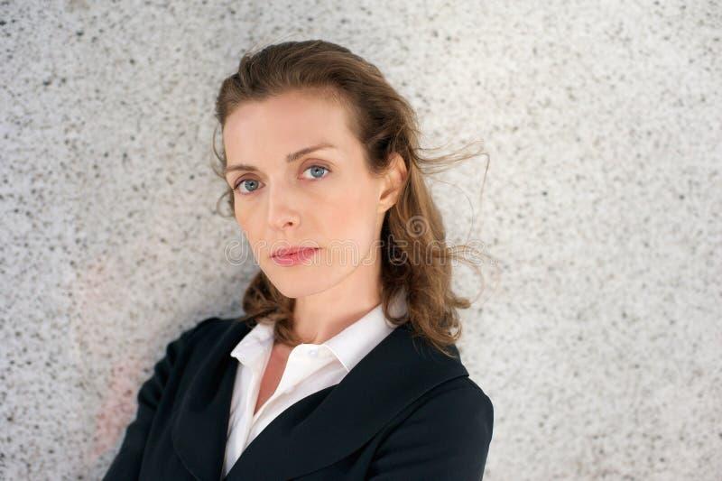Elegante bedrijfsvrouw met ernstige uitdrukking op gezicht stock foto