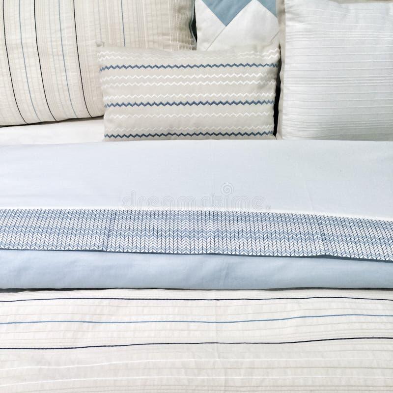 Elegante blaue Bettwäsche lizenzfreies stockbild