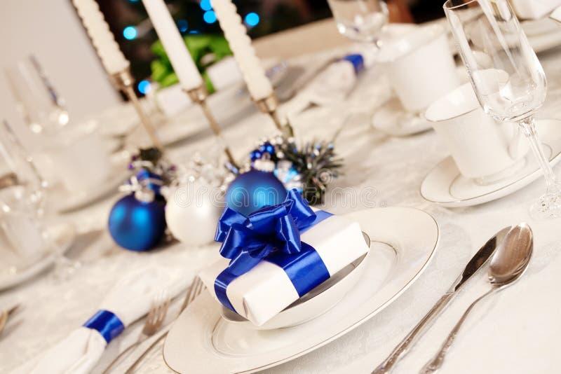 Elegante blaues und weißes Weihnachtstabelle stockfotografie