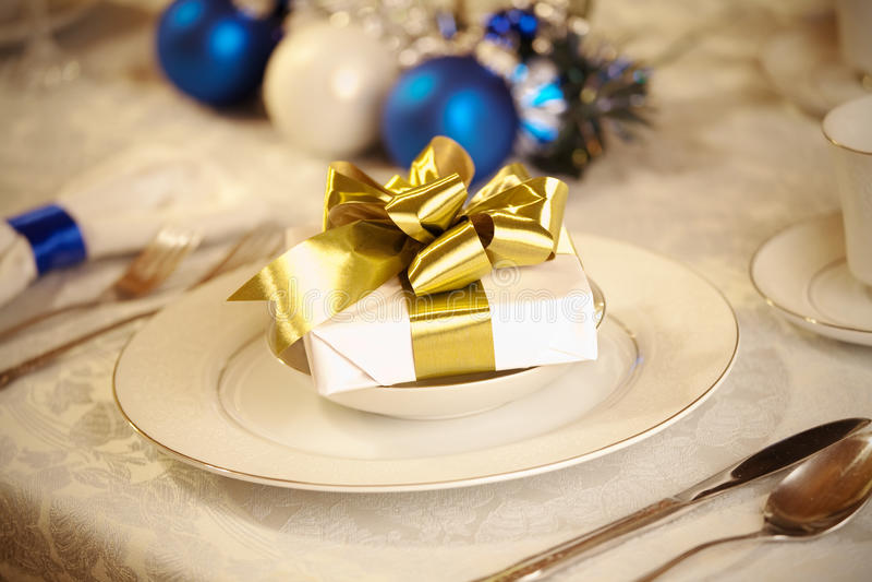 Elegante blaues und weißes Weihnachtstabelleneinstellung stockbild
