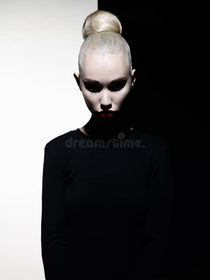 Elegante blode op geometrische zwart-witte achtergrond stock fotografie