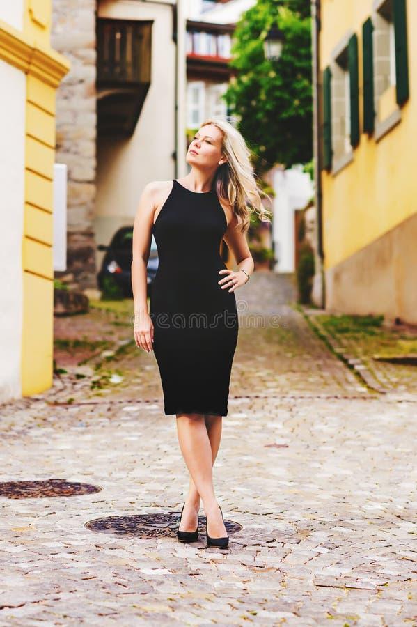 Elegante blonde junge Frau lizenzfreie stockfotos