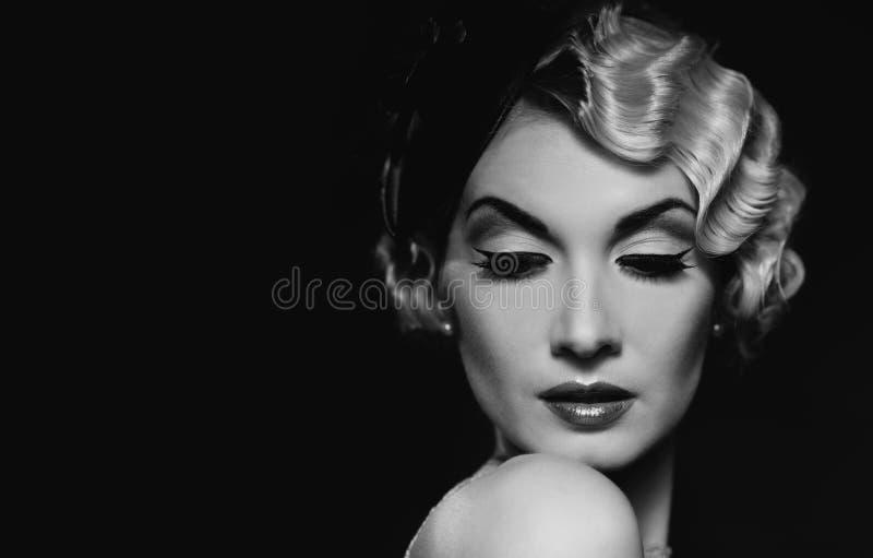 Elegante blonde Retro- Frau stockfotografie