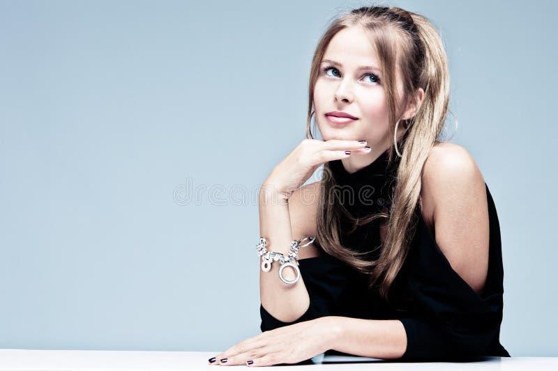 Elegante blonde vrouw royalty-vrije stock afbeeldingen