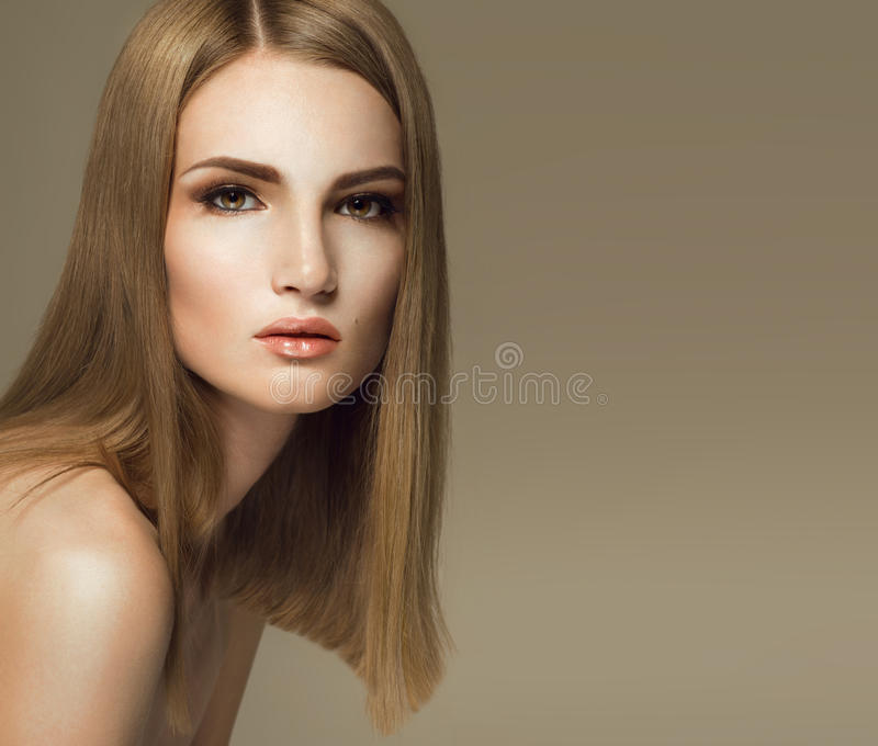 Elegante blondevrouw met gezond haar stock foto's