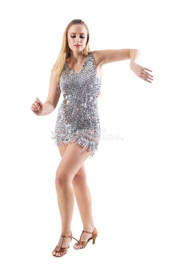 Elegante Blondine im Retro- glänzenden metallischen Discokleidertanzen und in beweglichen Armen stockbild