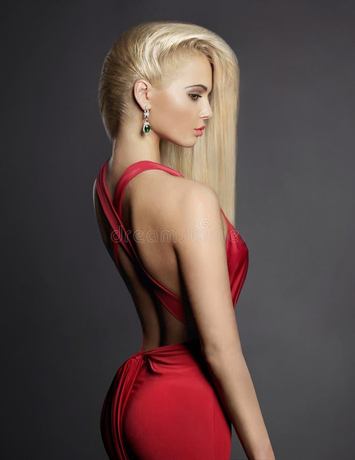 Elegante Blondine mit den langen Haaren stockbild