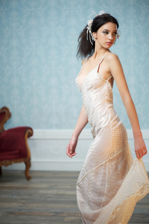 Elegante Braut, die über ihrer Schulter schaut lizenzfreie stockfotografie