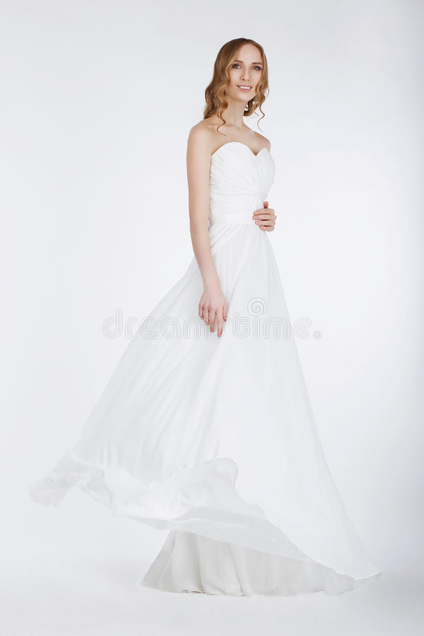 Elegante Braut im langen Brautkleid lizenzfreies stockfoto