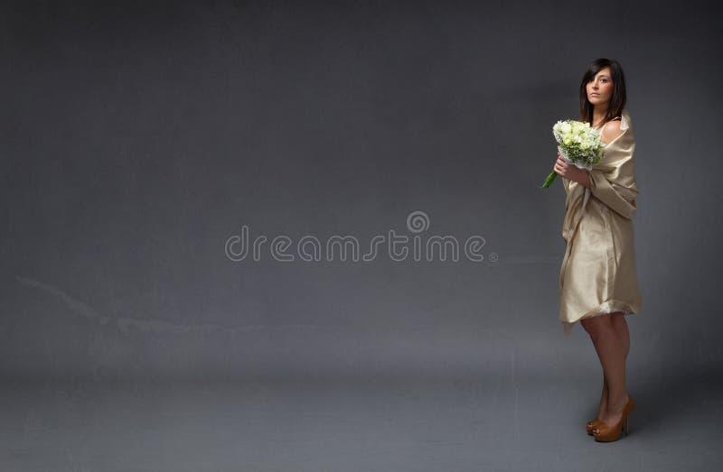Elegante Braut mit Blumenstrauß an Hand lizenzfreie stockbilder