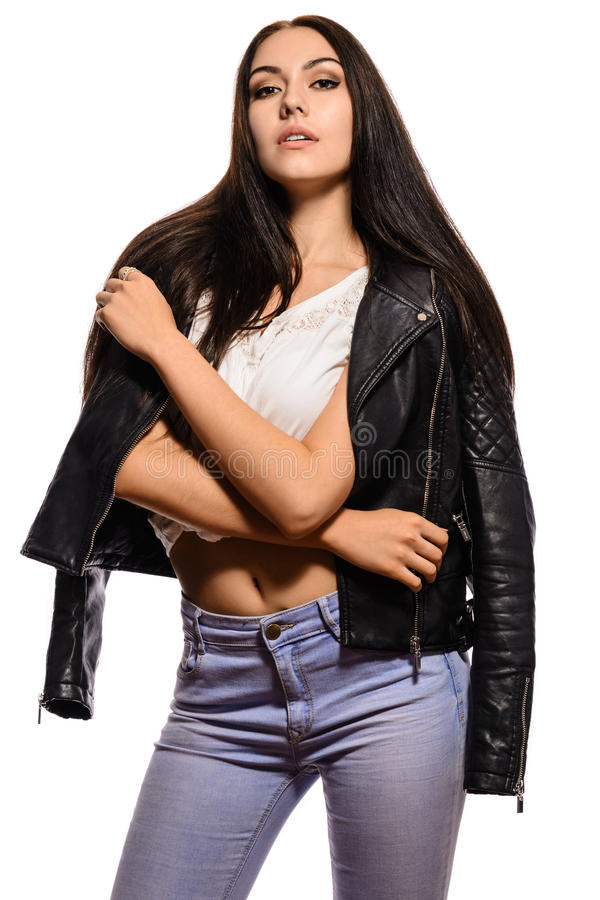 Elegante Brunettefrau in den Jeans mit einer Lederjacke stockbilder