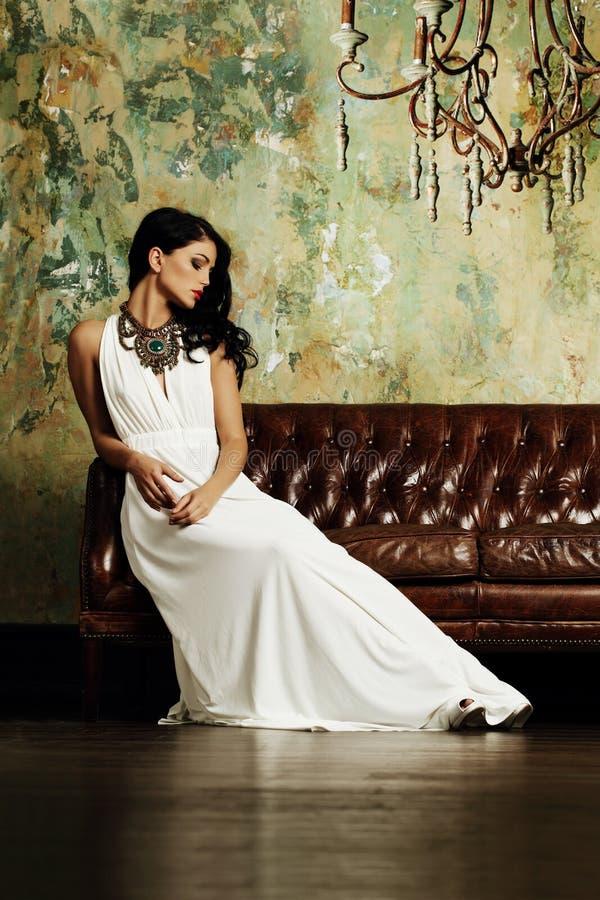 Elegante Brunettefrauenaufstellung stockfotos