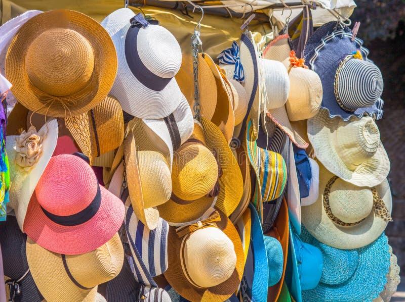 Elegante bunte Frauenstrohhüte Sammlung, Hüte für Verkauf lizenzfreie stockbilder