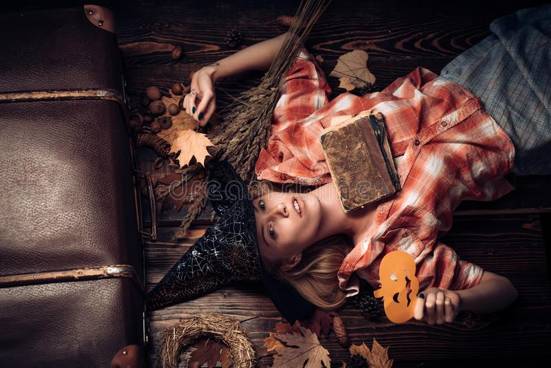 Elegante charmante schuwe speelse flirty gevaarlijke geheimzinnige enge vrouwelijke schoonheid Halloween-decor Gestemd beeld De r stock foto