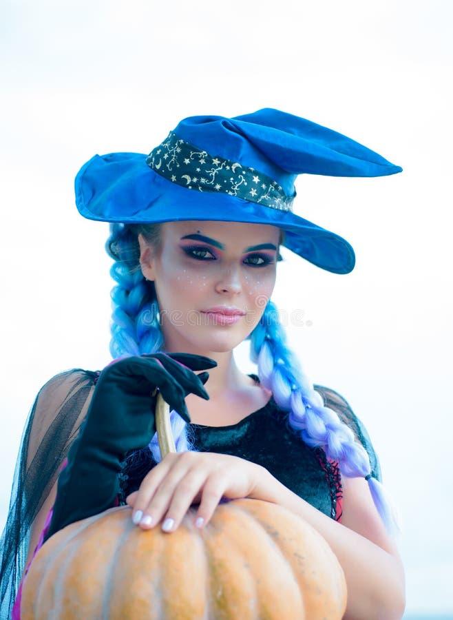 Elegante charmante schuwe speelse gevaarlijke geheimzinnige enge vrouwelijke schoonheid Heks in zwarte kleding en hoed met pompoe royalty-vrije stock fotografie