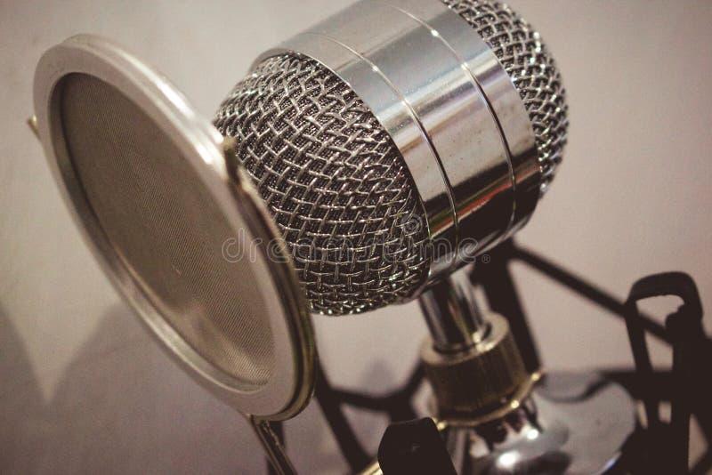 Elegante condensatormicrofoon stock afbeeldingen