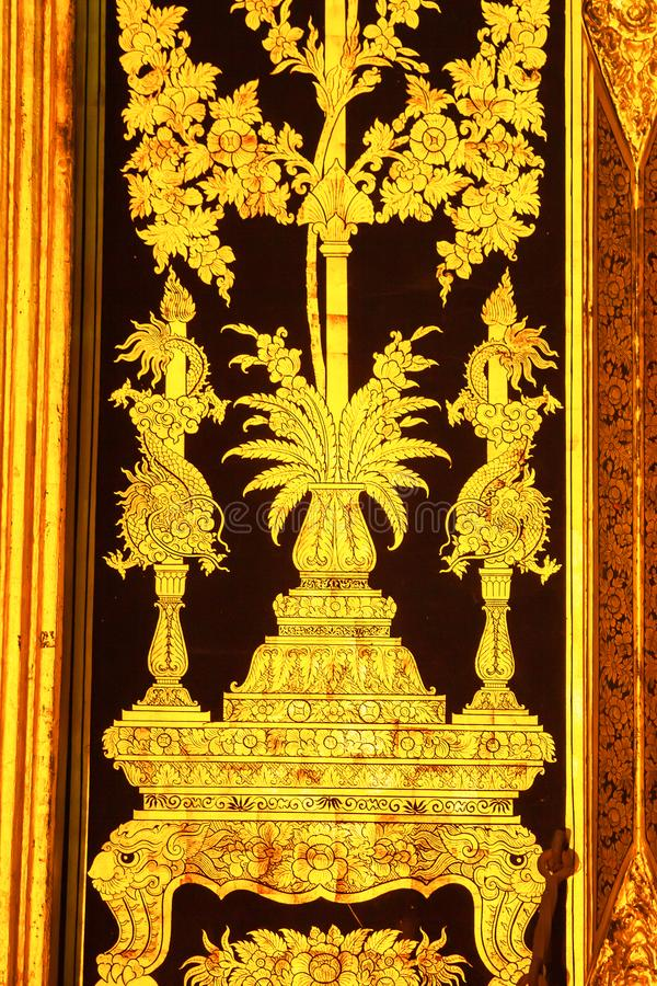 Elegante da pintura dourada da arte tailandesa tradicional do estilo na porta antiga fotos de stock royalty free