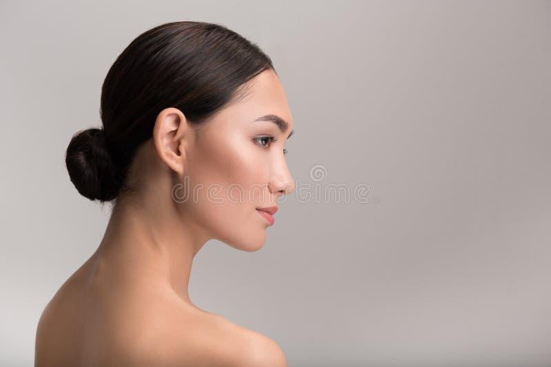 Elegante Dame demonstriert ihre perfekte Haut stockbild