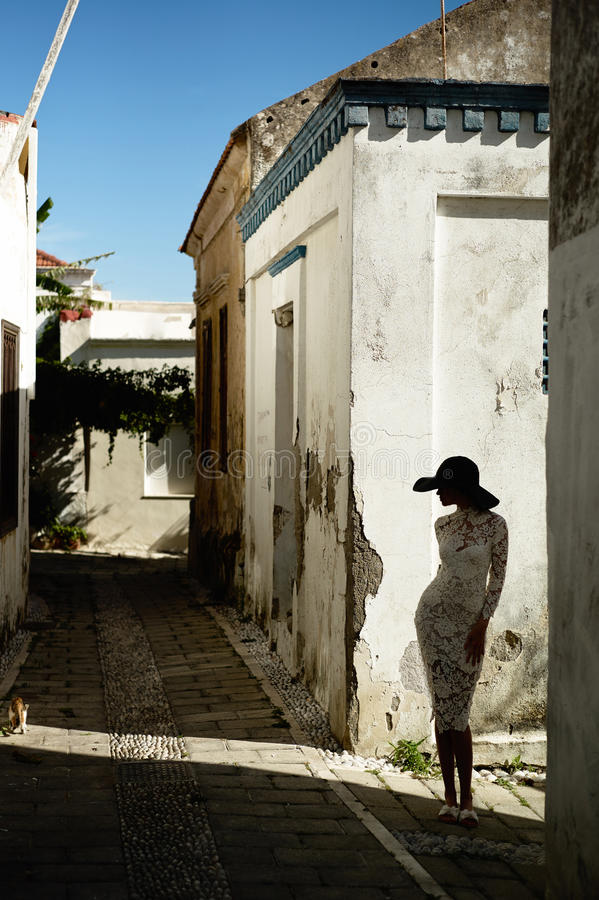 Elegante Dame in einer alten europäischen Stadt lizenzfreies stockfoto
