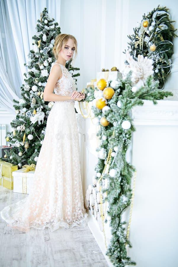 Elegante Dame herein im Hochzeitskleid stockfotos