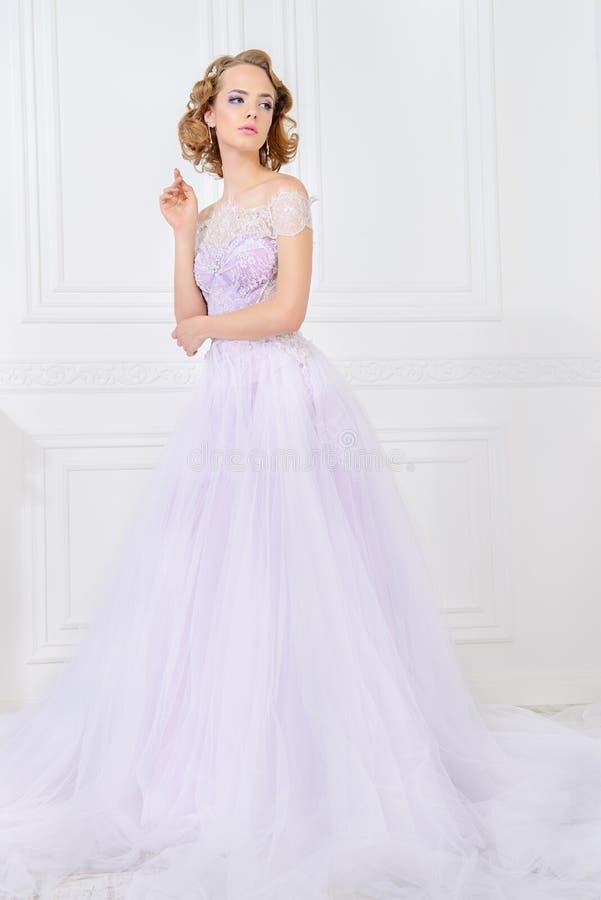 Elegante Dame herein im Hochzeitskleid lizenzfreie stockbilder