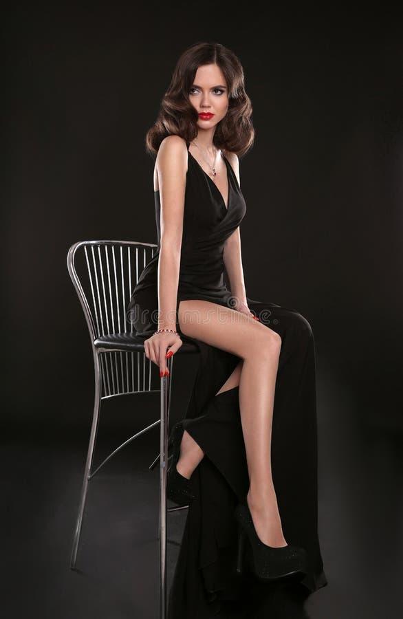 Elegante dame in lange sexy kleding met retro golvende kapselsittin stock afbeelding