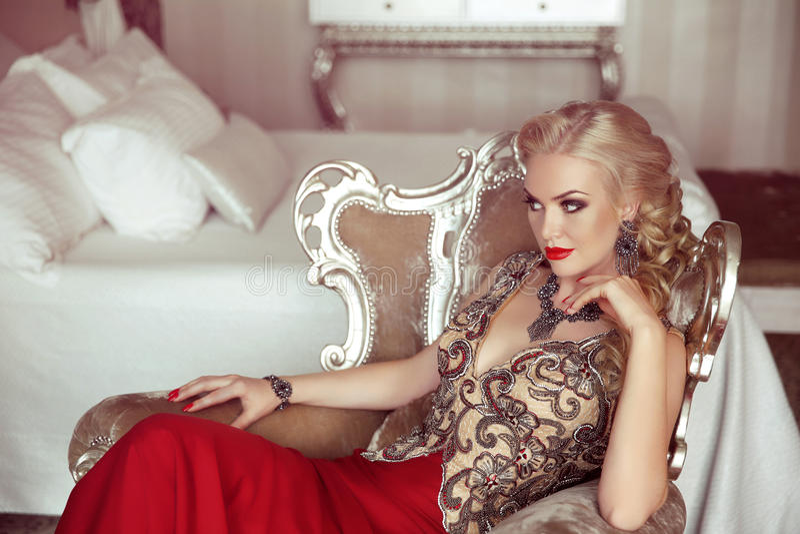 Elegante Dame Manier mooie sensuele blonde vrouw met make-up royalty-vrije stock foto