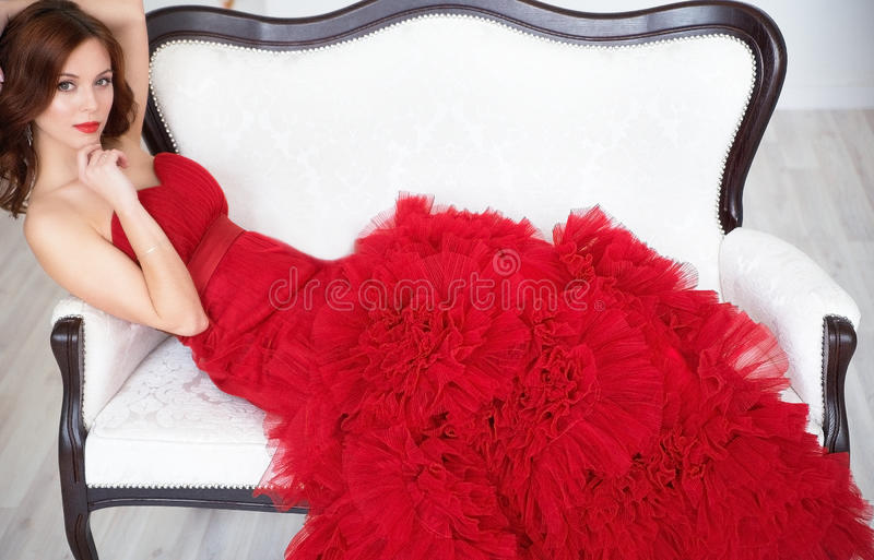 Elegante Dame Manier mooie sensuele donkerbruine vrouw met mak royalty-vrije stock afbeelding