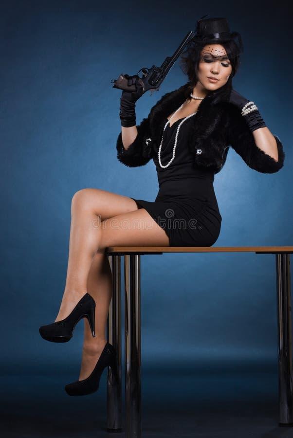 Elegante dame met een pistool royalty-vrije stock afbeeldingen