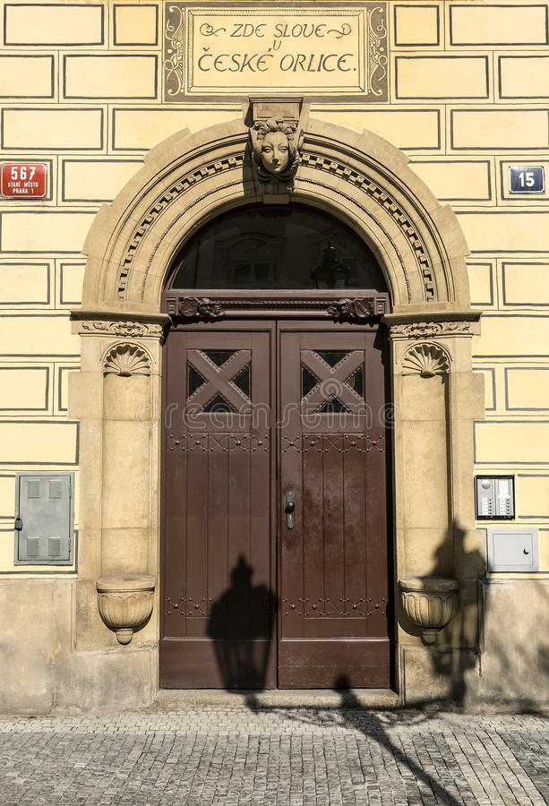 Elegante de bouwdeur in Stare Mesto kwart, Praag, Tsjechische Republiek stock foto