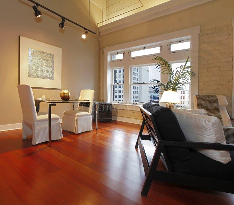 Elegante die eettafel in een moderne woonkamer wordt geplaatst stock foto's