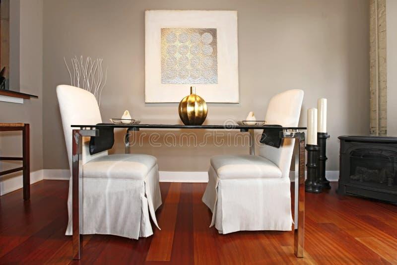 Elegante die eettafel in een moderne woonkamer wordt geplaatst royalty-vrije stock foto's