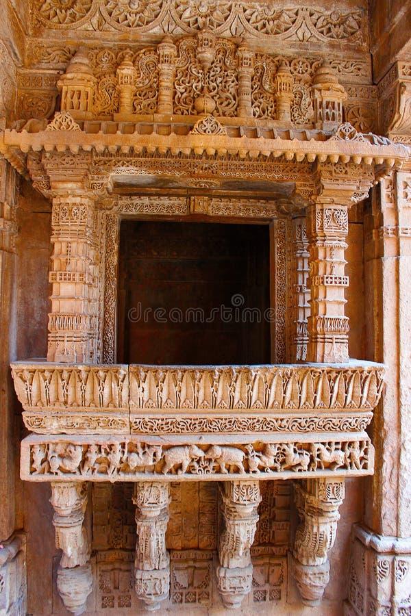 Elegante die grens met olifant en paardenpatronen op een balkon worden gegraveerd Adalaj Stepwell, Ahmedabad, Gujarat stock foto's