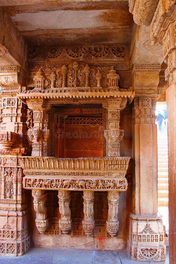 Elegante die grenspatronen op een balkon worden gegraveerd Adalaj Stepwell, Ahmedabad, Gujarat stock afbeeldingen