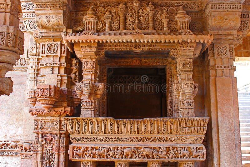 Elegante die grenspatronen op een balkon worden gegraveerd Adalaj Stepwell, Ahmedabad, Gujarat royalty-vrije stock foto