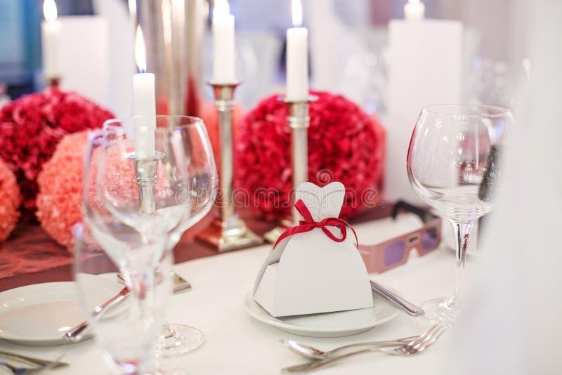 Elegante die lijst voor huwelijk of gebeurtenispartij in zacht rood en pi wordt geplaatst stock foto's