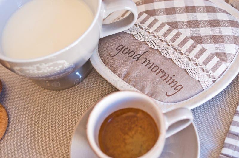 Elegante die lijst voor ontbijt met melk, koffie en koekjes wordt geplaatst stock fotografie