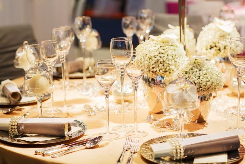 Elegante die lijst in zachte room voor huwelijk of gebeurtenispartij wordt geplaatst. royalty-vrije stock foto