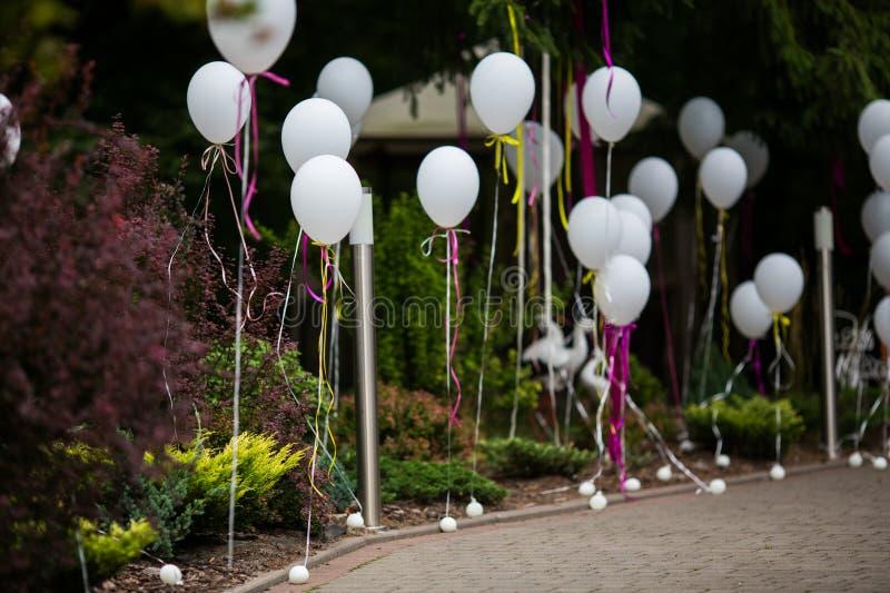 Elegante e divertimento decorou o trajeto ao corredor do casamento com ballo branco imagens de stock royalty free